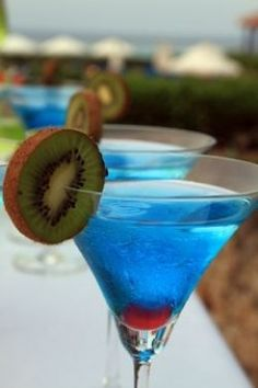 I think blue curaçao cocktails are very refreshing, and some of my favorite cocktails contain this delicious liqueur. Check out 10 of (what I think are) the best blue curaçao cocktails. Party Drinks, Cocktail Drinks, Cocktail Recipes, Alcoholic Drinks, Birthday Drinks, Cocktail Night, Mexican Cocktails, Holiday Cocktails, Fun Cocktails