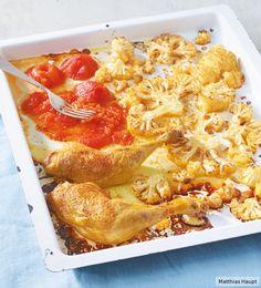 Die Tomatensauce gart direkt mit auf dem Blech. Praktisch und unglaublich aromatisch! Das Hähnchen mit Blumenkohl aus dem Ofen überzeugt mit nur 9 g Kohlenhydraten p.P.