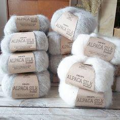 «Un futur #benoit gris  La blanche n'a pas de but précis pour le moment, juste un coup de ❤ #laine #wool #drops #alpacasilkbrushed #unepouleapetitspas…»