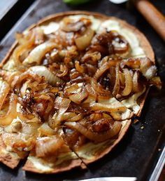 Pizza de Cebolla Caramelizada y Queso de Cabra o de Feta.