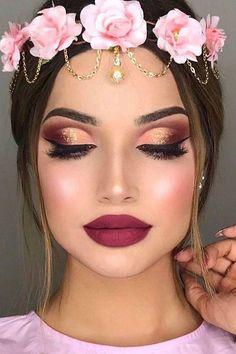 Un delineado árabe, sombras metalizadas en rosa y dorado y unas pestañas super espesas.