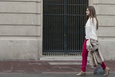 lace blouse, red jeans, trench and booties. Blusa con lazo, jeans rojos, trench y botines. Combinar jeans rojos, combinar trench