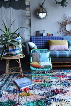 THIS is my kind of living room! The textile covered couch, the rug, the plant peeking from the beautiful basket. Love this so much.