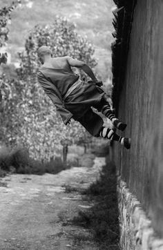 Tomasz Gudzowaty, Walking on the wall, 2003