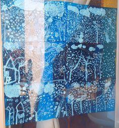 Dibuix amb tempera blanca sobre paper celofan blau