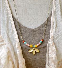 Zoey.bohemian beaded charm necklace. por tiedupmemories en Etsy