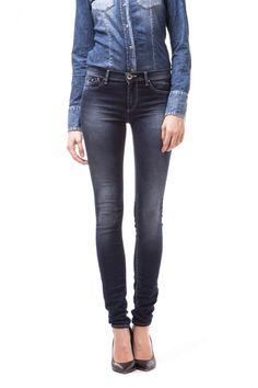 Sumatra High 5-pocket jeggings, in soft, lightweight superstretch denim, like a second skin that models and enhances the feminine form. Regular waist model for lovers of greater comfort.