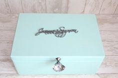 Piękny kuferek na kartki ślubne, zdobiony srebrnymi elementami i wystawnym uchwytem. Wpisuje się w styl boho i glamour!  Dostępny w sklepie internetowym Madame Allure :)