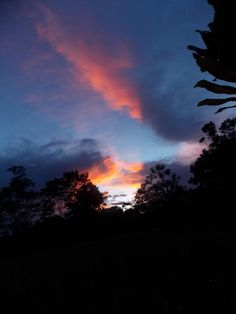 Pôr-do-sol no Amazonas, Brasil.  Fotografia: Daniel Lima Pretty Sky, Beautiful Sky, Most Romantic Places, Sunset Wallpaper, Sky Aesthetic, Pink Sky, Nice View, Night Skies, Aesthetic Pictures