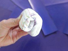 Aprende a hacer esta original corona de pañales  para tu baby shower. Es un arreglo muy sencillo, moderno y fácil de hacer.
