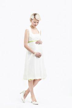 noni noni Lieblinge | kurzes, schlichtes  Brautkleid mit Babybauch für eine Hochzeit zu dritt (www.noni-mode.de - Foto: Le Hai Linh)