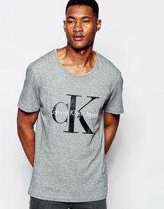 T-Shirt mit Druck von Calvin Klein weiches Baumwolljersey Rundhalsausschnitt mit Logoprint reguläre Passform - entspricht den Größenangaben Maschinenwäsche 100% Baumwolle Model trägt Größe M und ist 188 cm/6 Fuß 2 Zoll groß