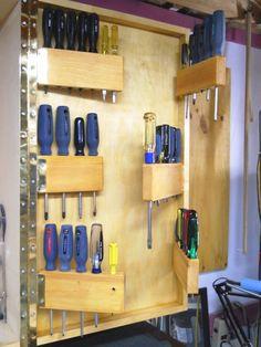 Screwdrivers Moving In My Hand Tool Cabinet / Les Tournevis Déménagent Dans  Mon Armoire à Outils