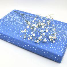 Gebruik ook eens bloemetjes als decoratie op een cadeautje. Simpel, snel en een mooi resultaat! Instagram