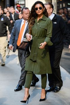 See how celebrities rock this timeless street style trend Le Style Shay Mitchell, Celebrity Outfits, Celebrity Style, Skinny, Kendall, Street Style Chic, Latest Fashion For Women, Womens Fashion, Jamie Chung