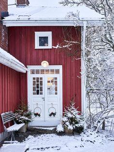 Swedish Christmas Decor Inspiration & Citrus Garlands for a God Jul - Hello Lovely Swedish Farmhouse, Swedish Cottage, Red Cottage, Swedish House, Farmhouse Style, Swedish Home Decor, Farmhouse Ideas, Cottage Chic, Swedish Christmas