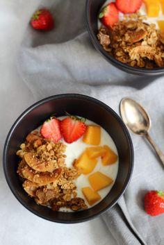 Erdnussbutter-Kokos Granola sorgt für Abwechslung am Frühstückstisch. Probiert's aus!
