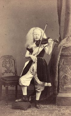 Jeune fille albinos jouant du violon. vers 1870   http://41.media.tumblr.com/d18ca975dc3873f2e858d7da1aae9030/tumblr_nqk4drvVYn1uvyn5go1_1280.jpg
