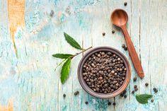 TRUCO: ¿Cómo conseguir el mejor aroma de la pimienta negra?    Rosa, verde, blanca o negra. La pimienta es un ingrediente básico en la cocina que aromatiza y da color y sabor a nuestros platos.  La negra es la más fuerte en aroma y tiene un toque dulce. Proviene de los frutos recogidos verdes de la planta y secados al sol hasta obtener el color negro y el característico aspecto arrugado.  Para conseguir el mejor aroma de la pimienta negra, es mejor comprar el grano entero y molerlo justo…