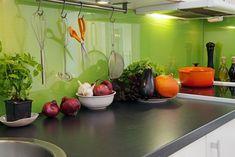küche rückwandgestaltung glas spritzschutz grüne farbe