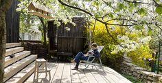Il vecchio e il nuovo. Gli A1Architects hanno messo in relazione un antico cottage con un nuovo edificio residenziale anche grazie a un patio centrale pavimentato con grandi assi di legno. Oltre al relax, serve per saltuarie riunioni di lavoro.
