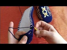 This Pin was discovered by Nat Crochet Woman, Diy Crochet, Crochet Crafts, Crochet Baby, Crochet Sandals, Crochet Boots, Crochet Bikini, Flower Pillow, Knitted Slippers
