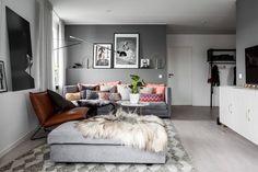 В этом интерьере в скандинавском стиле балом правят яркий текстиль и мелкие детали, которые оживили прохладную цветовую гамму из серых оттенков. Смотрим!