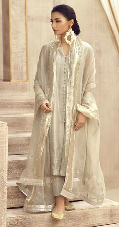 Pakistani Fashion Party Wear, Pakistani Wedding Outfits, Indian Fashion, Stylish Dresses For Girls, Stylish Dress Designs, Casual Dresses, Simple Pakistani Dresses, Pakistani Dress Design, Dress Indian Style