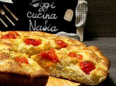La focaccia pugliese è un lievitato salato condito con pomodorini, origano e buon olio extravergine di oliva che ha tutto il buon profumo della Puglia. La focaccia pugliese è una ricetta nota in tutta Italia,…
