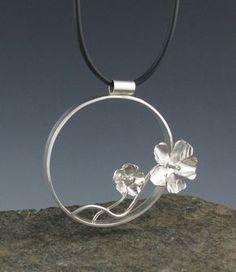 Sterling Silver Circular Flower Pendant door annewalkerjewelry