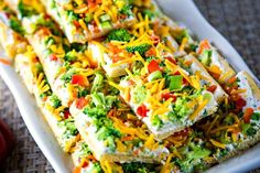cool veggie pizza squares on a white serving tray Pizza Appetizers, Cold Appetizers, Appetizer Recipes, Fruit Pizza Bar, Veggie Pizza, Veggie Bars, Shawarma, Edamame, Olives