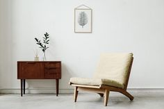 Nº 675 Easy chair by Hans J. Wegner. Frame of solid oak with new upholstery and new Fagas seat straps. Model GE 370. Designed 1969. Made by Getama. Denmark, 1970s. W. 63,5 cm. D. 84 cm. H. 73,5 cm.