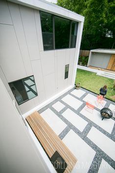 194 Pearl Street on the Modern Atlanta Home Tour. 2,100 sq. ft. / 3 bed, 3 bath. Brian Ahern and Jeff Darby of Darby Construction. Cementitious panels are used on the exterior of the home. View of the backyard: concrete and slate chip patio. Modern Atlanta Architecture.