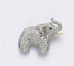 Représenté la trompe vers le haut, il symbolise la prospérité. Tout le savoir-faire de Bulgari dans une incroyable broche brillant de tous ses éclats.     Broche Eléphant en or blanc et diamants 8,86 carats - Bulgari