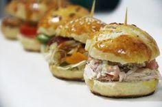 Muchas ideas para preparar ricos mini sandwich ideales para cumpleaños y aperitivos. Mini Sandwiches, Appetizer Sandwiches, Gourmet Sandwiches, Mini Appetizers, Sandwiches Gourmets, Snacks Sains, Mini Foods, Quick Recipes, Clean Eating Snacks