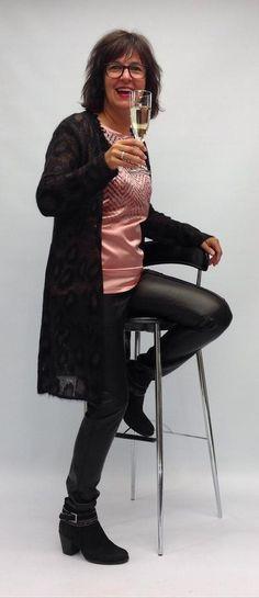 Marc Cain - Ein luxuriöser Style bei dem Rosa - & Brauntöne sowie einzigartige Strickkombinationen eine Hauptrolle spielen. Marc Cain, Style, Fashion, Pink, Playing Games, Get Tan, Clothing, Women's, Swag