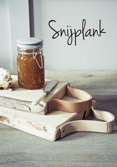 DIY   SnijplankMaak van een stuk afvalhout je eigen snijplank.Je kunt je eigen vorm en afmeting bepalen. Goed schuren en gebruiken maar! Tip: Maak als handvat een stuk leer aan de bovenkant vast met mooie spijkertjes.