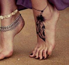 Qual é o significado das tatuagens de penas. As penas são uns dos desenhos mais usados em tatuagens devido não só à sua beleza estética, mas também à sua versatilidade e facilidade para se adaptar a diferentes partes do corpo, ficando muito bem ...