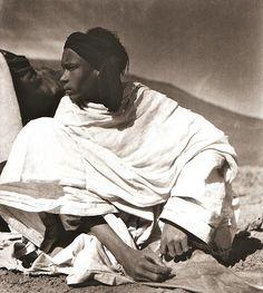 """Pierre Verger, """"Le messager / the go-between"""" : photographies 1932-1962, ed. Revue Noire, 1993.  Tamanrasset, Algérie, 1936."""