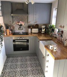 Cozinha pequena com papel de parede e armários