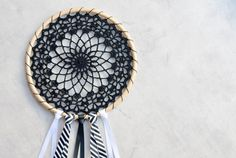 Crochet dream catcher - free pattern from the loopy stitch. Crochet Home, Crochet Gifts, Crochet Doilies, Diy Crochet, Mandala Crochet, Crochet Ideas, Ravelry Crochet, Crochet Dreamcatcher Pattern Free, Crochet Round