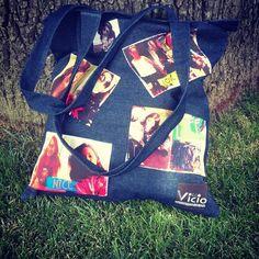 Ultimos para esta Navidad !!! Bolso de jeans estampado con tus fotos con tus artistas favoritos con mensajes con lo que TU quieras !!!! Reforzado con cierre y bolsillo interior!!! Pidelo ya !!! Face: decovicio #jeans #verano #bolso #moda #style #bags #tiendaderegalos #navidad #merrychristmas #summers #sorpende #instagram #instalike