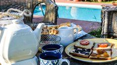 Colazione romena con tè alle erbe, marmellata di albicocche e toast con paté di melanzane e pomodori