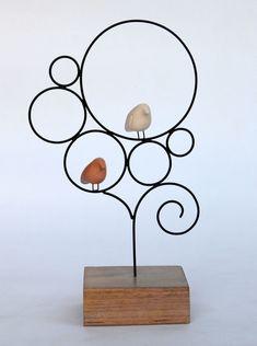 Escultura de arame com passarinhos de cerâmica em formato de árvore. Base de…