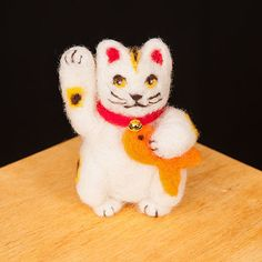 WoolPets Maneki-neco needlefelting kit. Learn the art of sculptural needle felting! Kit includes felting needles, wool roving, and step by step photo instructions that make this craft a snap. Kit make