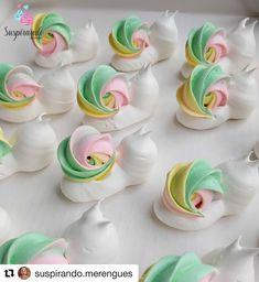 how do you make macaroons macaron recipe ~ how do you make macaroons macaron recipe Meringue Desserts, Meringue Cookies, Cupcake Cookies, Pavlova, Cake Decorating Tips, Cookie Decorating, How To Make Macaroons, Mini Meringues, Meringue Kisses