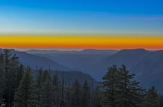 Photograph by Christian Sanchez Yosemite  sunset  El Parque Nacional de Yosemite ubica a aproximadamente 320 km al este de San Francisco, en el Estado de California, Estados Unidos. El parque cubre un área de 3081 km² y se extiende a través de las laderas orientales de la cadena montañosa de Sierra Nevada (Estados Unidos). Es visitado por más de 3 millones de personas cada año