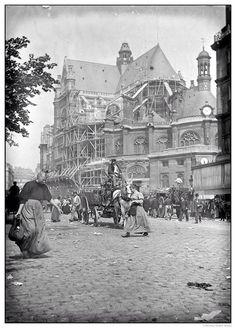 Le marché est terminé, nous sommes en 1900 dans le fond l'église Saint-Eustache. Quartier des Halles