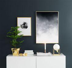 Poster, die schön in eine Einrichtung mit goldenen Akzenten passen