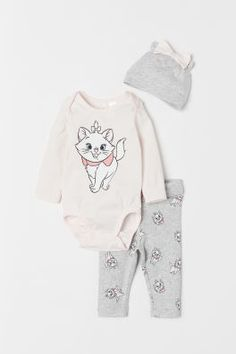 Set with long-sleeved bodysuit leggings and hat in soft organic cotton jersey. Bodysuit with snap fasteners at gusset. Leggings with wide foldover ribbing at waist. Disney Baby Clothes, Cute Baby Clothes, Disney Outfits, Baby Disney, Kids Outfits, Marie Aristocats, Baby Girl Fashion, Kids Fashion, Disney With A Toddler